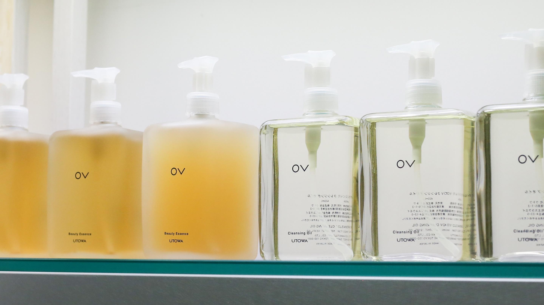 「OVビューティエッセンスSR」(左、420ml、15.000円、税抜)はクレンジングオイルと並ぶ「OV」ラインの双璧。