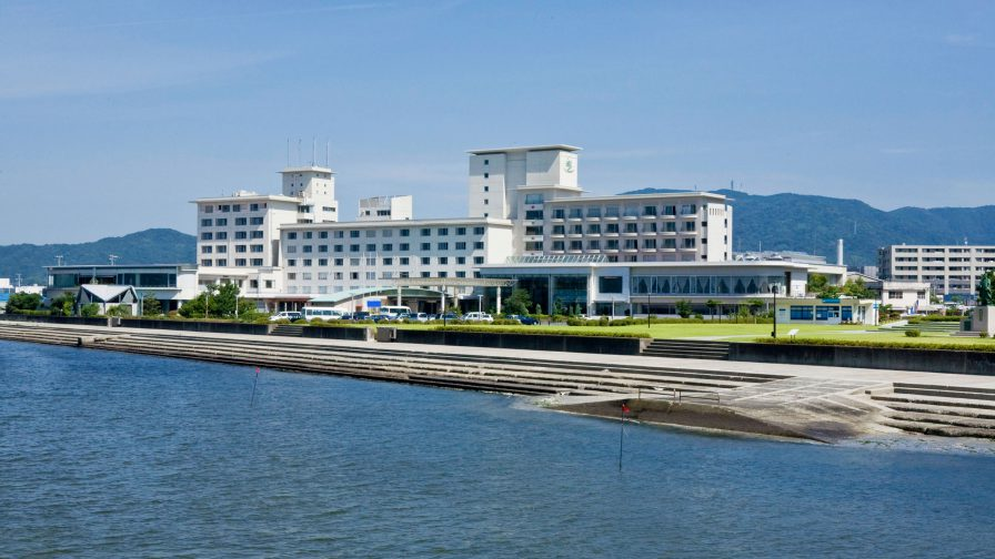 三河湾から望むホテル竹島全景