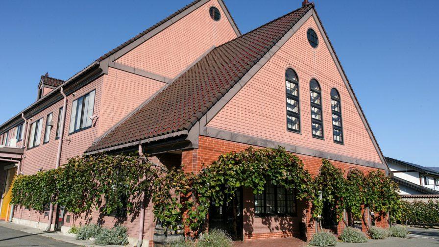 三角屋根が目印の井筒ワイン本社。