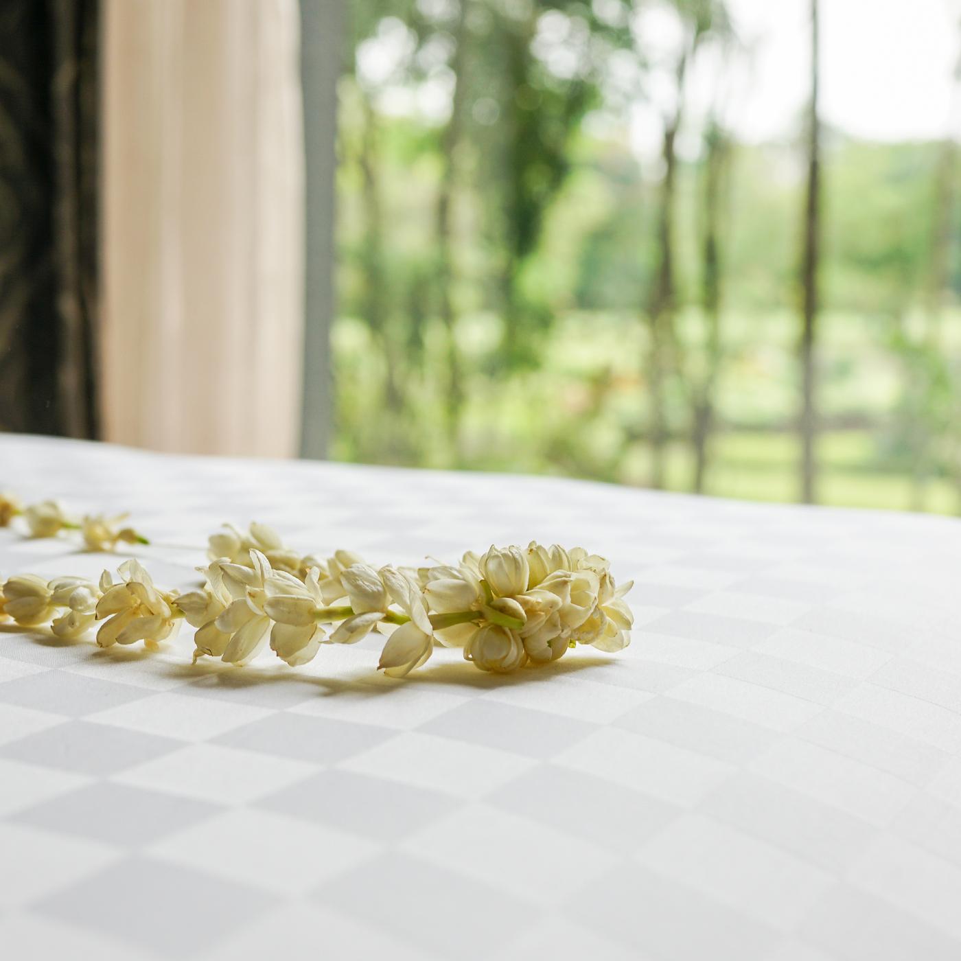 歓迎のセレモニーとして首にかけられるジャスミンの首飾り。上品な香りが気分を盛り上げる。