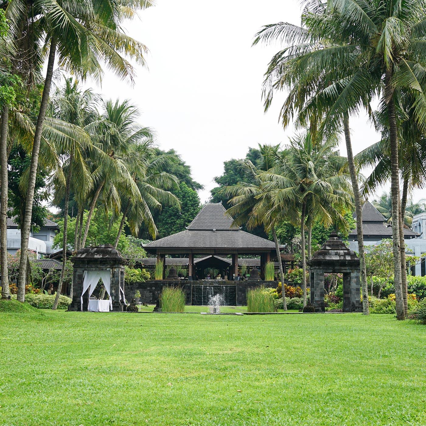 ロビーコートを庭から眺めると「メール山」を表現した「ジョグロ」と呼ばれるジャワの伝統建築であることがわかる。