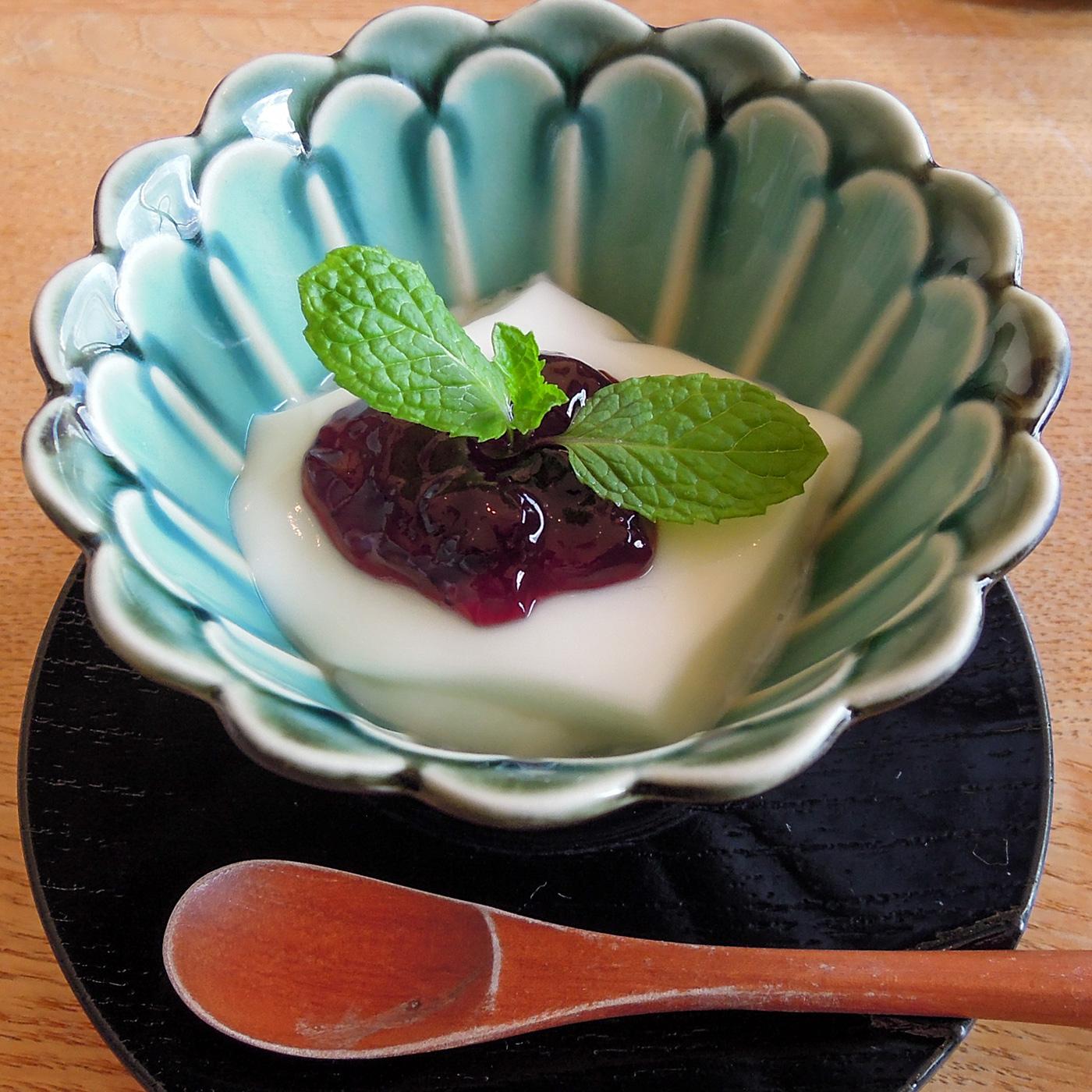 杏仁豆腐にブルーベリージャムをトッピング。ミントの葉が爽やか。
