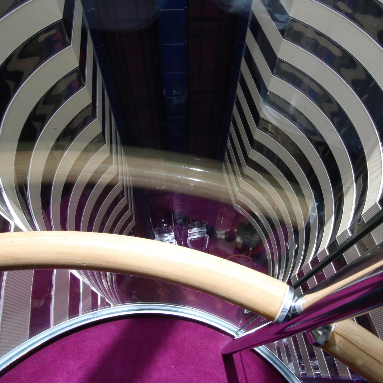 デッキ5からデッキ11までの7階分を上下するパノラミック・リフトは壮観!