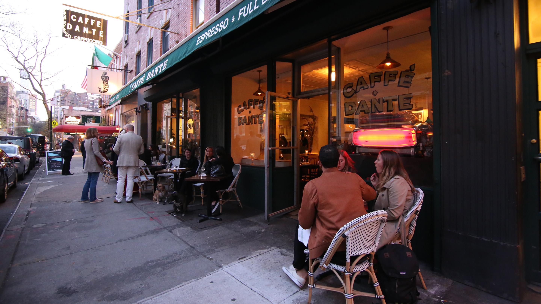 地元でも人気の「CAFE DANTE」。ディナーの予約をしに夕方訪れたら、平日にもかかわらずあえなく満席。こちらでは、ランチで2時間、ディナーでは4〜6時間かける人もたくさんいる。