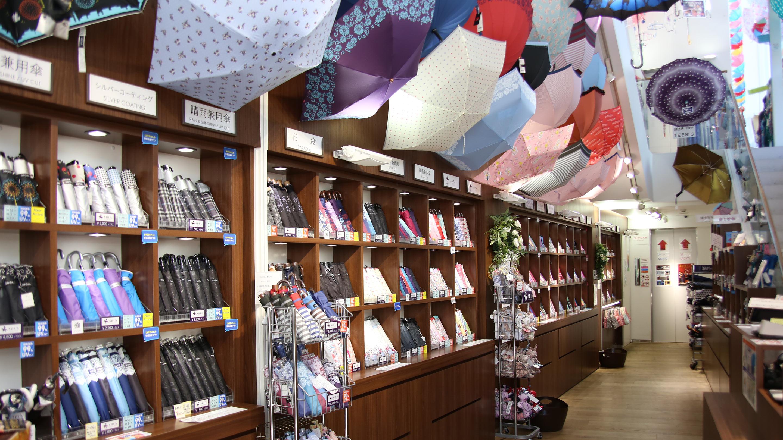 日傘から雨傘、折りたたみ、和装用まで、種類も彩りも豊富。