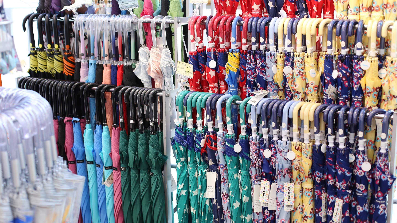 長傘は雨傘日傘を問わず、軽くて丈夫、それにカラフルなものが人気。