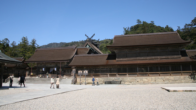拝殿の奥が本殿。ここでの作法は他の神社と異なり「二拝・四拍手・一拝」