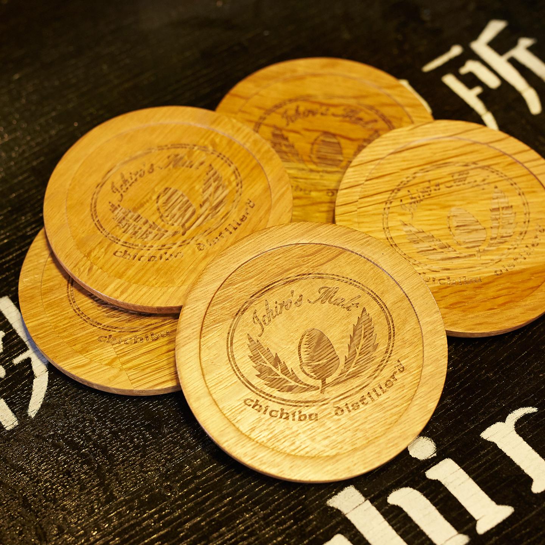 少しでもウイスキーに親しんでもらおうと、樽材でつくったコースターやテイスティンググラス、樽型の携帯ストラップ、ロゴ入りのポロシャツなどが用意されている。