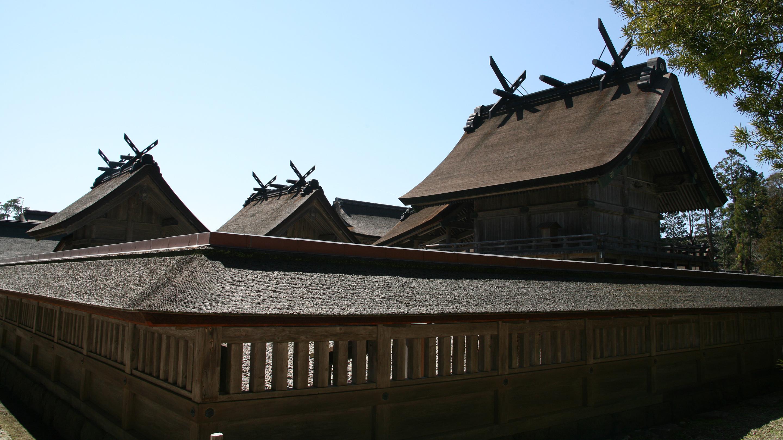 本殿(国宝)は「大社造り」と呼ばれるわが国最古の神社建築様式。棟に千木(ちぎ)と勝男木(かつおぎ)を載せている