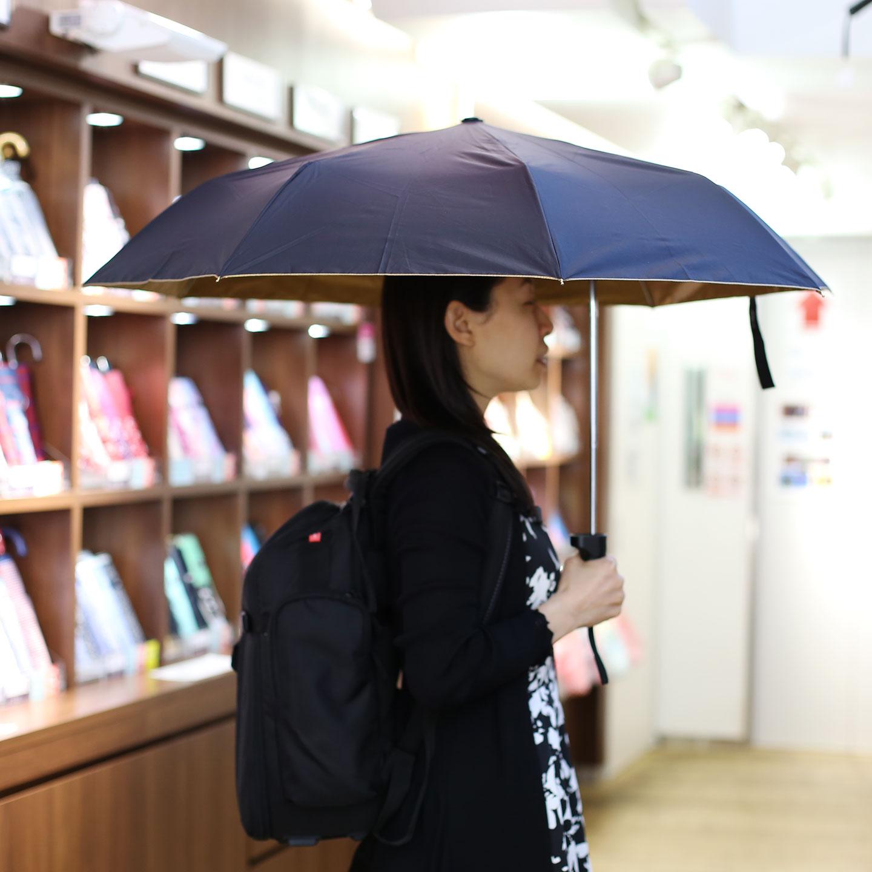 そのため、リュックを背負っていたり赤ちゃんを抱いていたりしても濡れにくい。内側には特殊なコーティングが施してあり日傘としても使える。