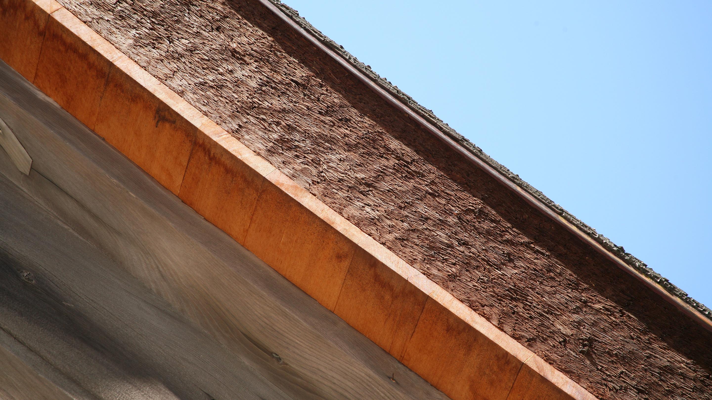 屋根は重厚な檜皮葺(ひわだぶき)