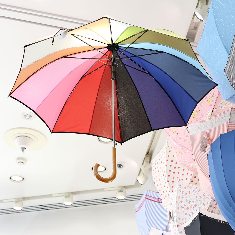 空にかかった虹のようにカラフルな長傘。