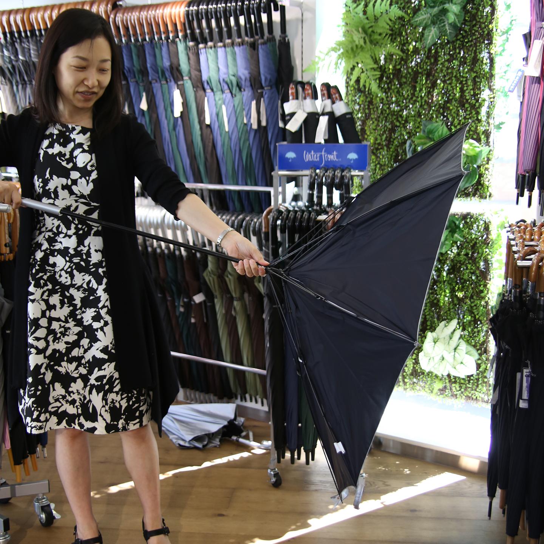 「風が強いと傘がオチョコになることもあるでしょ」と広報担当の米澤基子さん。