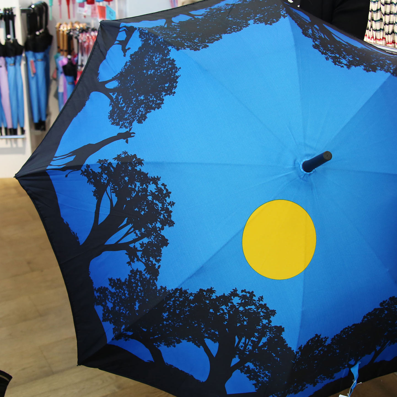 縫い目のない1枚張りの傘。これまで不可能だったデザインが可能になった。