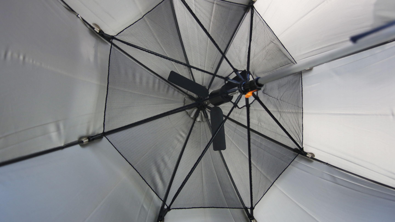「中棒(シャフト)」の部分に扇風機を取り付けた暑さよけの傘。けっこう涼しい。