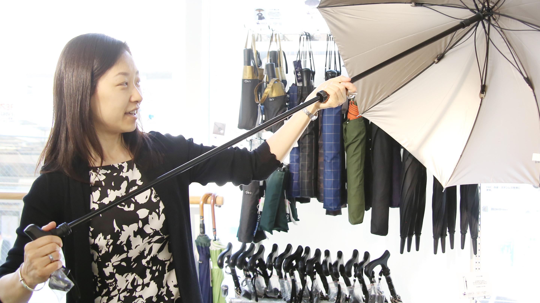 傘をステッキ代わりにしていると、雨が降ったときにステッキとして使えなくなるので困る。そこで、中棒(シャフト)にステッキを仕込んで、傘としてもステッキとしても使えるようにした傘。