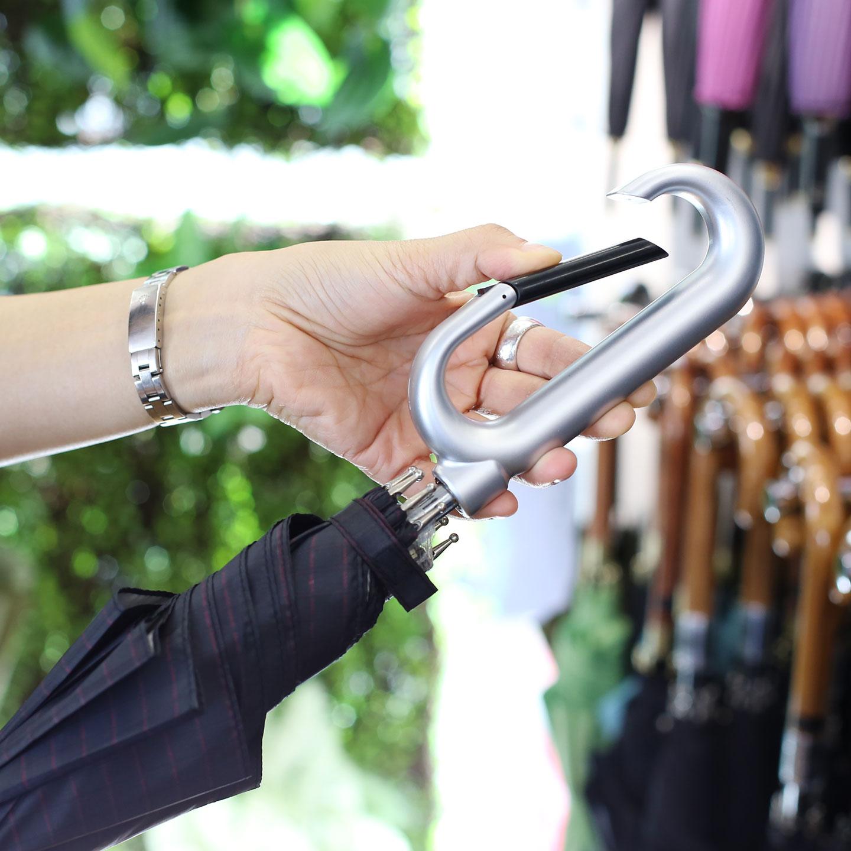 手元(ハンドル)にカラビナを仕込んだ傘。犬の散歩や買い物のときなどに便利。