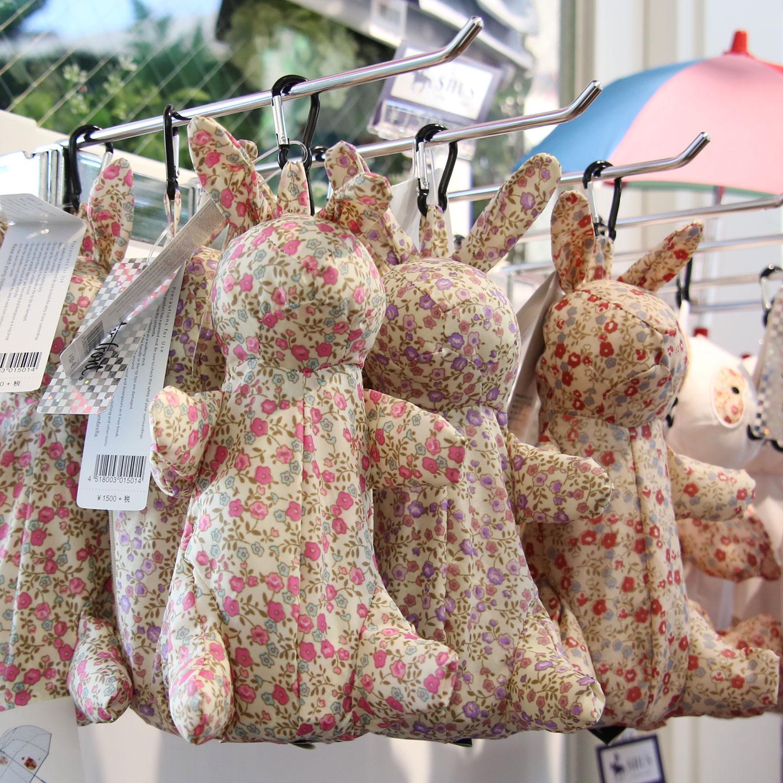 ラビットのぬいぐるみは、実は五段式の折りたたみ傘とそのケース。コンパクトだが大人が使用するサイズで、プレゼントにする人も多い。