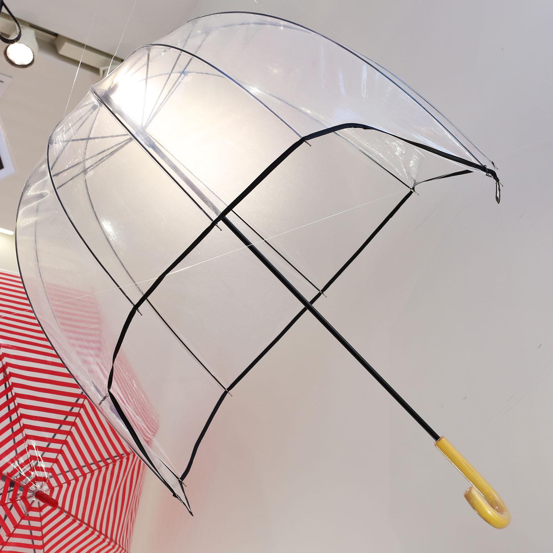 こちらは桜島の噴煙を防ぐための傘。肩まですっぽりとかぶって火山灰から身を守る。シリアスでありながら遊び心も忘れない、シュールでしかもリアルという傑作。