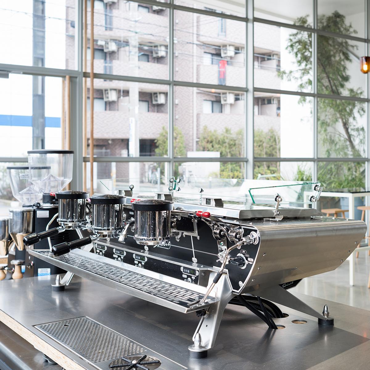 店内にある大型のコーヒーマシーン、エスプレッソなどを抽出するKees van der Westen社の「Spirit」が目を惹く。