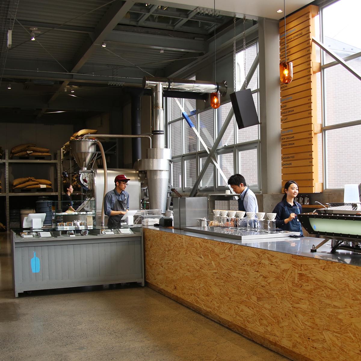 店の奥にはコーヒー豆を煎る焙煎機が見える。