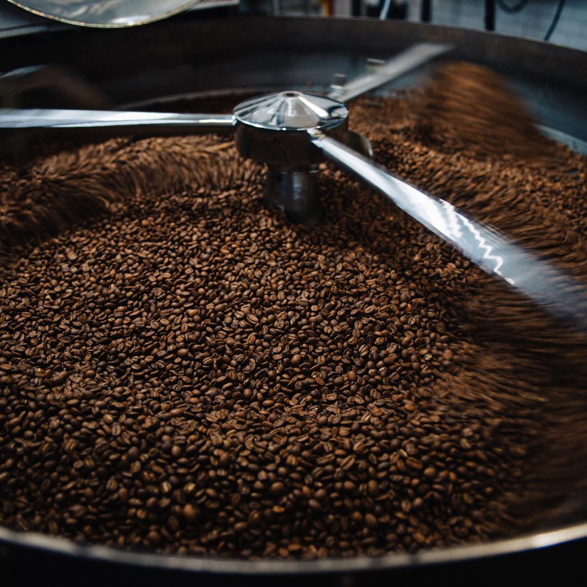 1日に200kgから300kgのコーヒー豆を焙煎している。