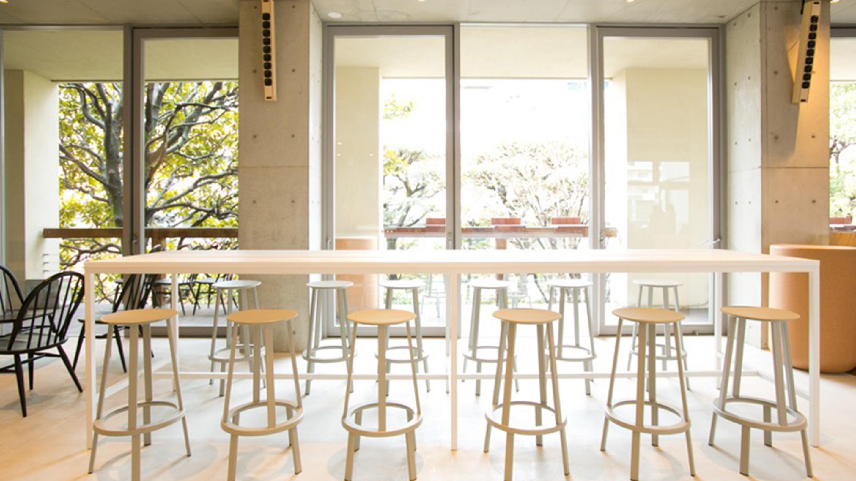 2階からの眺めがいい落ち着いた雰囲気のブルーボトルコーヒー青山カフェ。