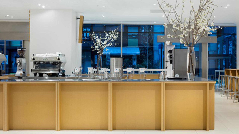 新宿駅南口の駅に直結したNEWoMan(ニューマン)1階に位置するブルーボトルコーヒー新宿カフェ。
