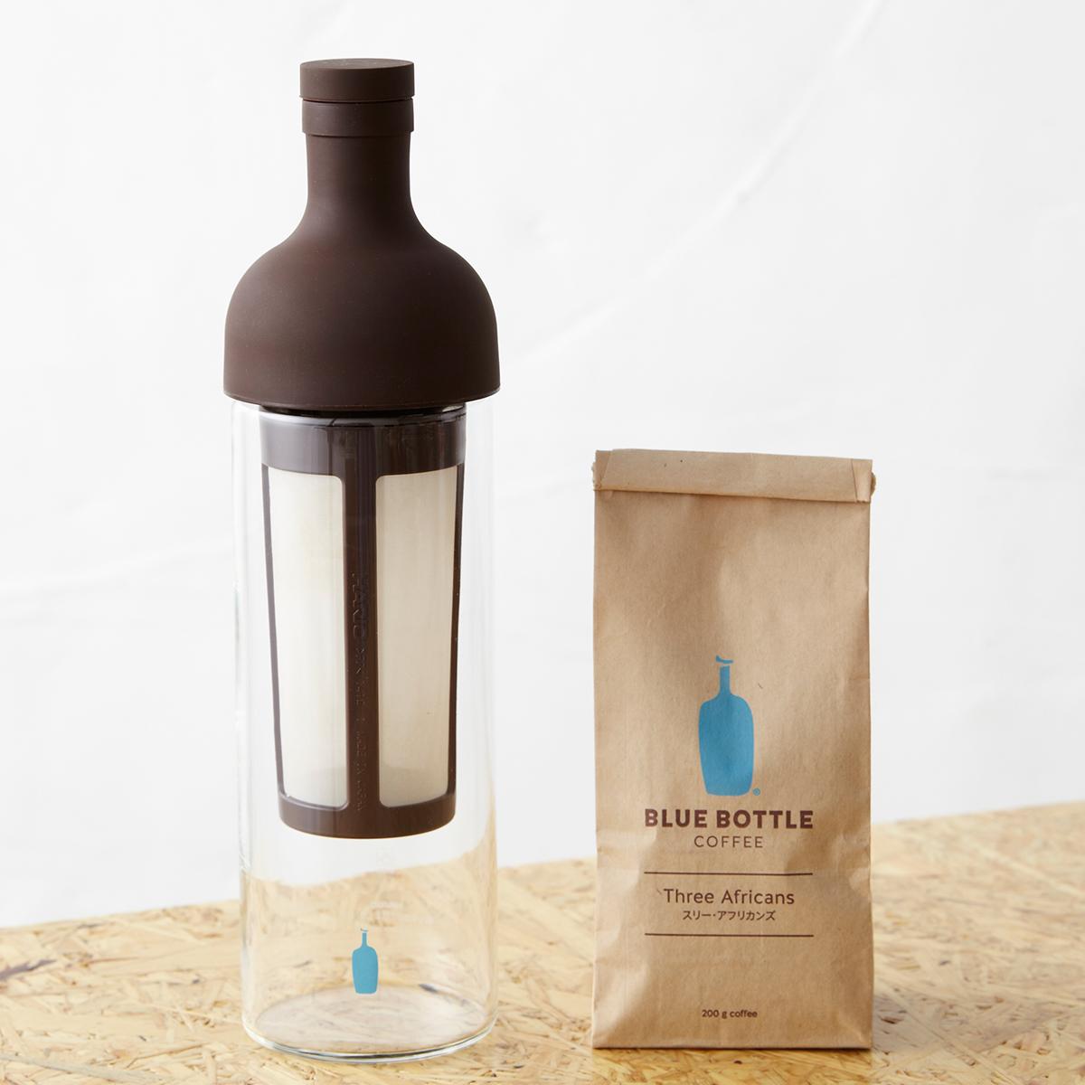 家庭でも簡単に水出しコーヒーを楽しめるブルーボトルコーヒーの「コールドブリューキット」(コールドブリューボトル、オリジナルブレンドコーヒー豆=スリーアフリカンズ200g、ブリューイングガイド、4,300円、税抜)。