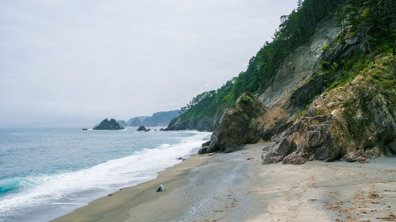 三陸海岸を田老港から北へ向かうと、海ぎわは急峻な断崖の連続。