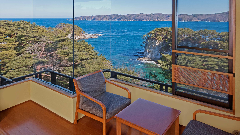 眼下に浄土ヶ浜の海辺を望む絶景ホテル。2016年6月には皇太子ご夫妻が行啓、このホテルに滞在されている。