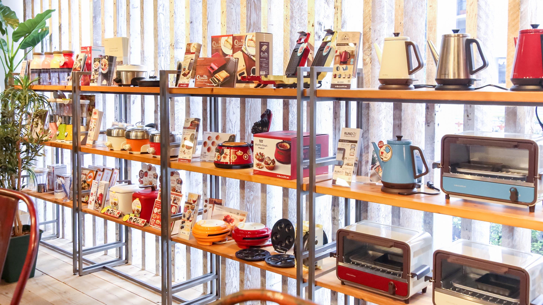 東京・渋谷区千駄ヶ谷のレコルトのショールームには、1〜2人用のパーソナルキッチン家電がずらり。
