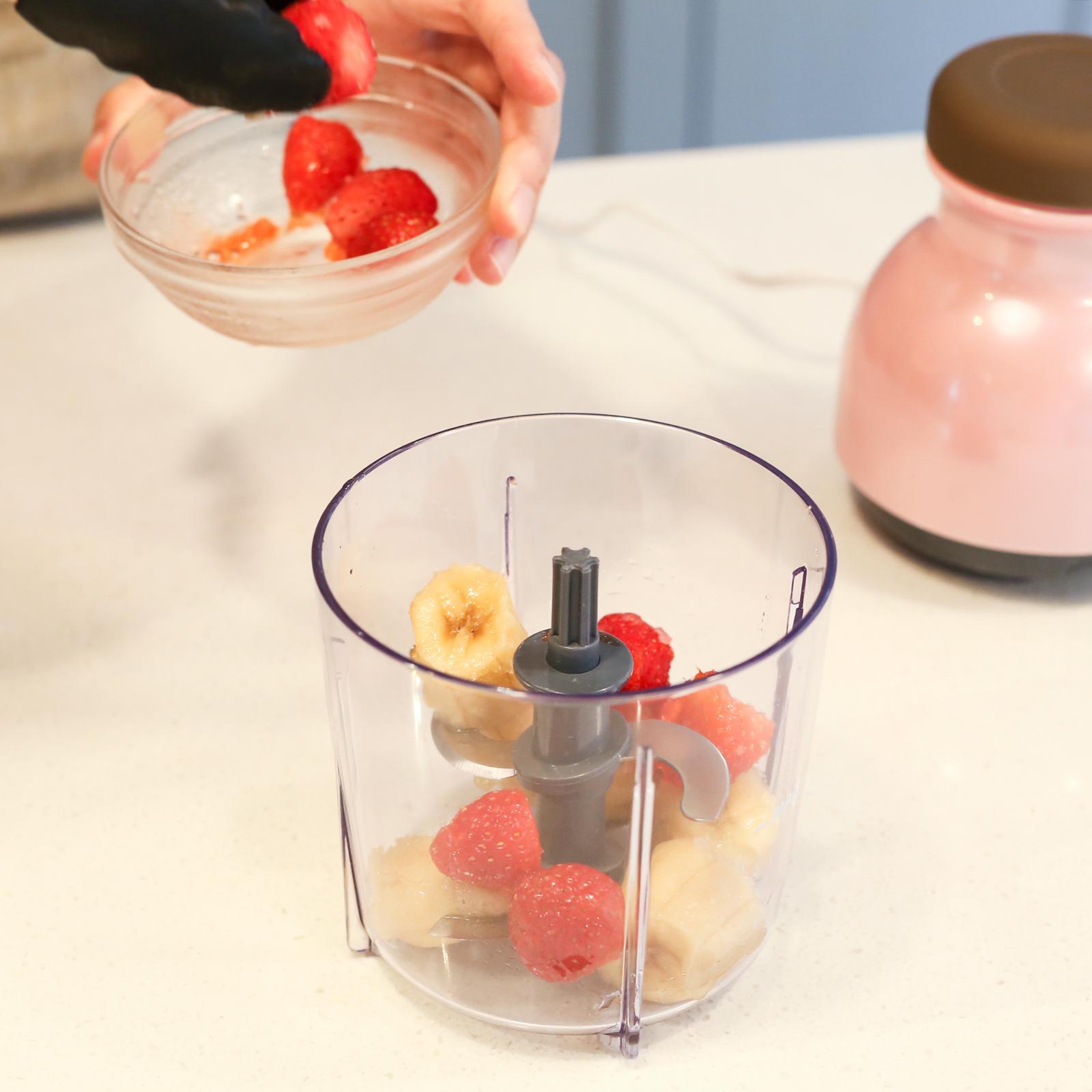 凍らせたフルーツをセットして