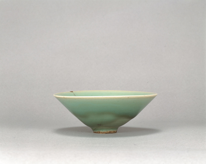 青磁碗 銘「雨龍」 龍泉窯 中国・南宋時代 13世紀 京都・鹿苑寺蔵 通期展示 中国・南宋時代の青磁碗。縦に一筋入る割れの部分に3つの鎹留め(かすがいどめ)がなされている。