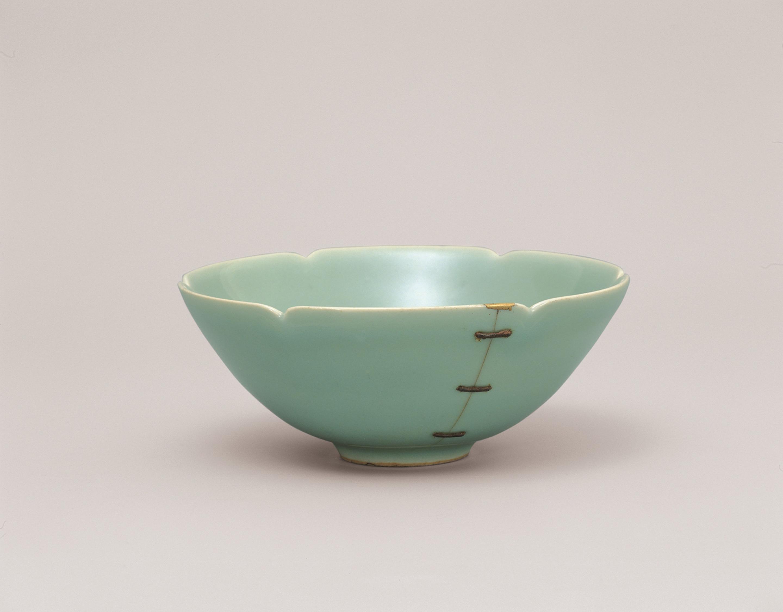 青磁輪花茶碗 銘「鎹」 龍泉窯 中国・南宋時代 13世紀 愛知・マスプロ美術館蔵 通期展示 銘「雨龍」と同時代の青磁。織田有楽斎が所有し、後に京都の豪商・角倉家に伝わったものという。