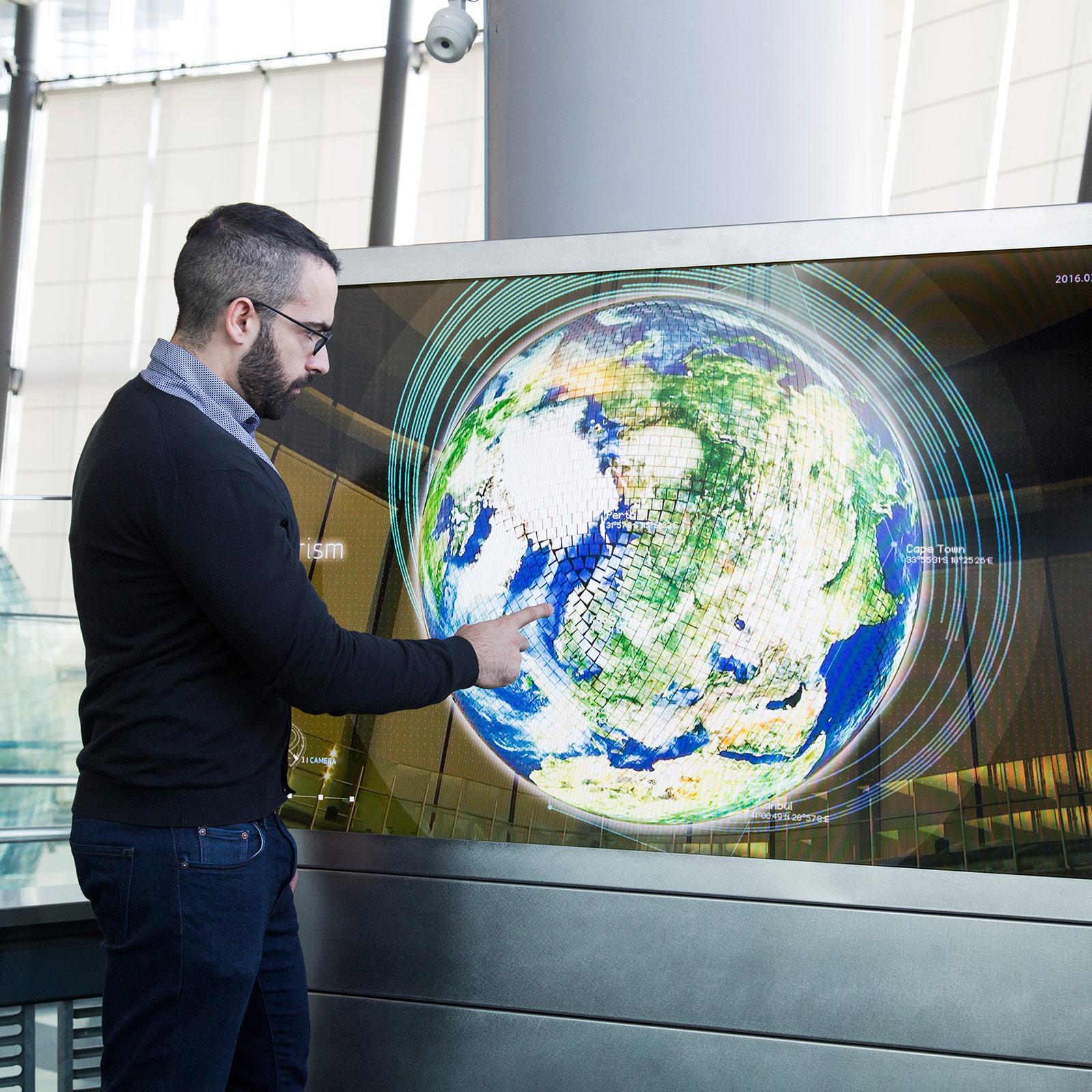 シンボルゾーンとオーバルブリッジに設置された「ジオ・プリズム」。タッチスクリーン端末を使って360度、どの方向からもジオ・コスモスを鑑賞できる。CGと複数のカメラ映像をダイナミックに織りまぜたデータが、地球上に可視化される。