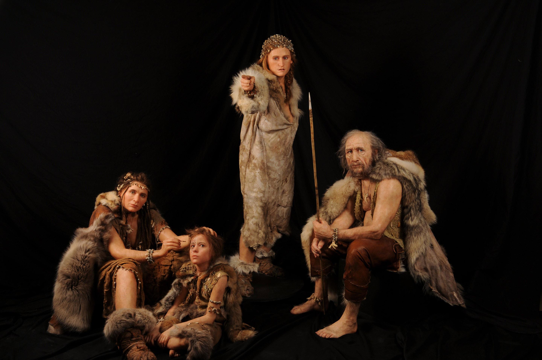 クロマニョン人の復元模型。約2万年前の氷河期に、ヒトはすでに骨製の縫い針で服を作り、投げ槍で狩をし、火を使って料理をしていた。装飾品もかなり手の込んだものが多く、デザインセンスの高さが伺える。 © SPL Lascaux international exhibition
