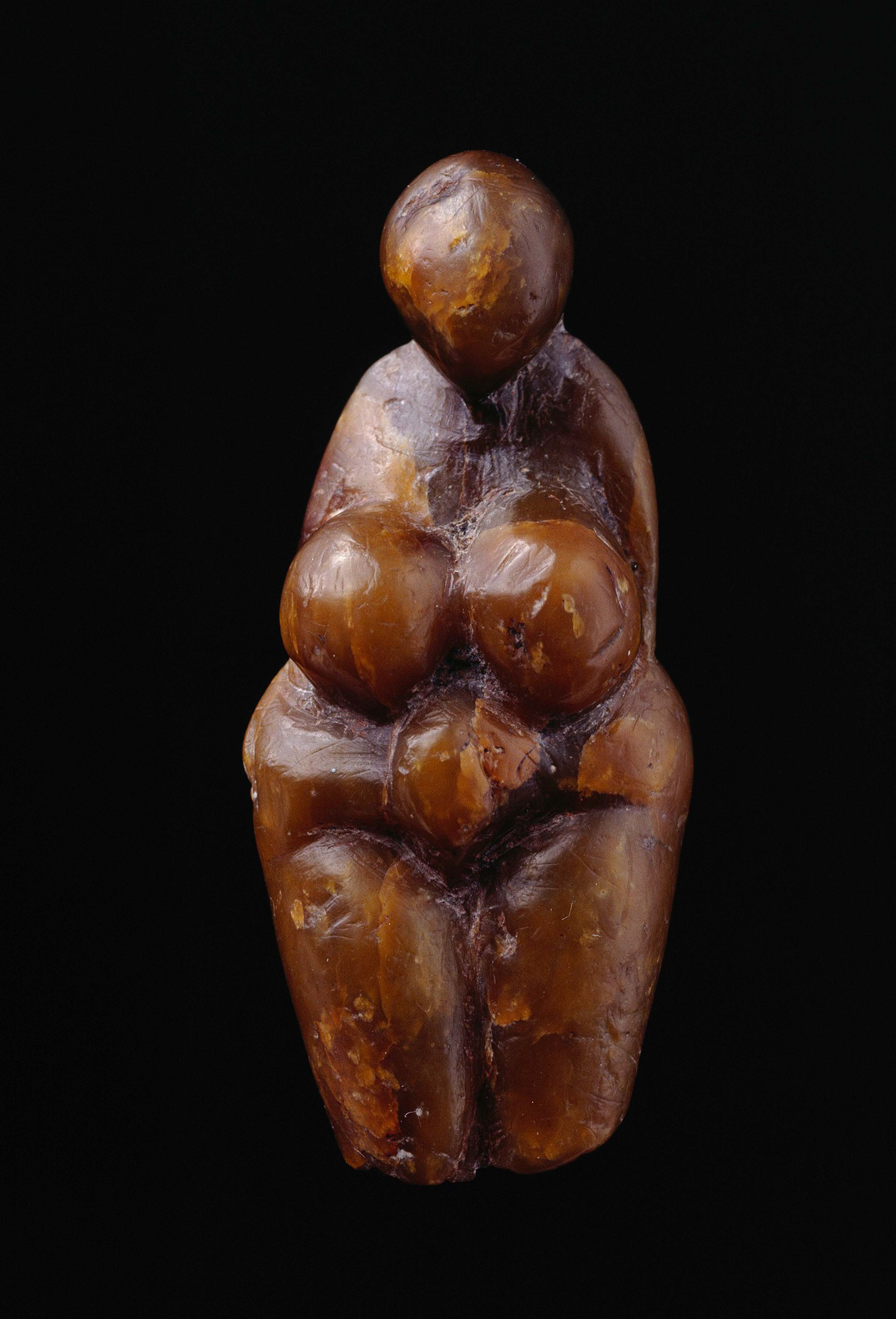 <ヴィーナス> 丸みのある成熟した女性を表した旧石器時代ヴィーナスの一つ。この時期にヨーロッパ各地で、このような胸や尻が大きく誇張された女性像が制作されていた。 グリマルディ洞窟遺跡(イタリア)出土、グラヴェット文化(約3万4,000年から2万5,000年前)、褐色の凍石製。 Photo © RMN-Grand Palais (musée d'Archéologie nationale) / Jean-Gilles Berizzi