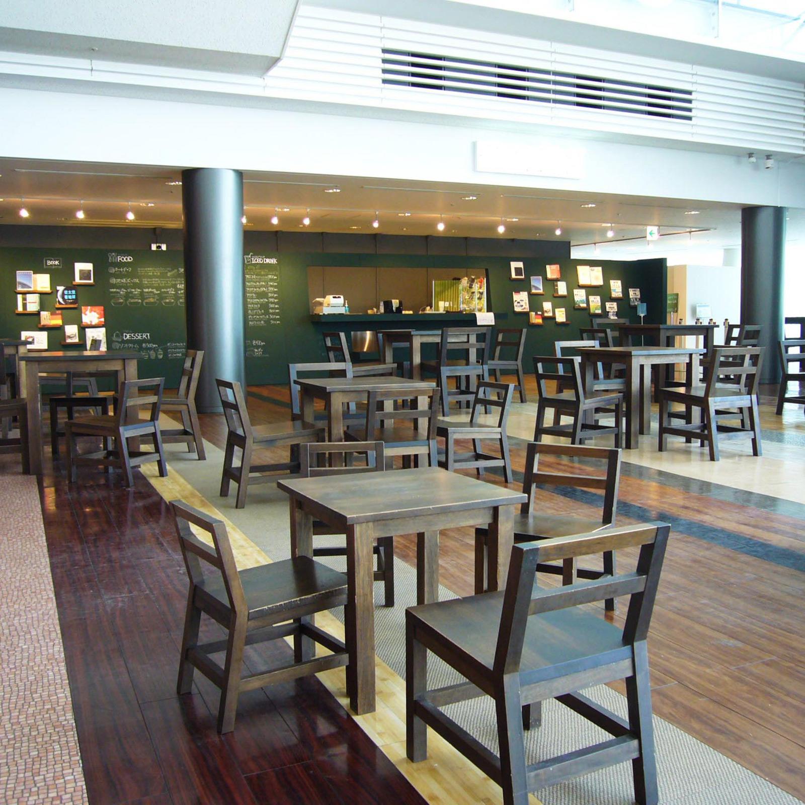軽食や本も楽しめる5階のカフェ。7階には展望ラウンジもある。