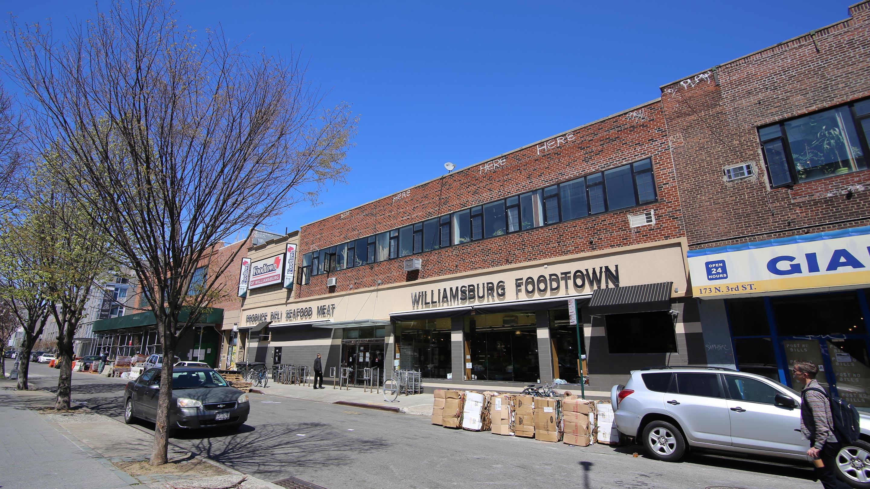 スーパーマーケットなども、歴史ある建物の外観を残すことで地域の景観を保っている。