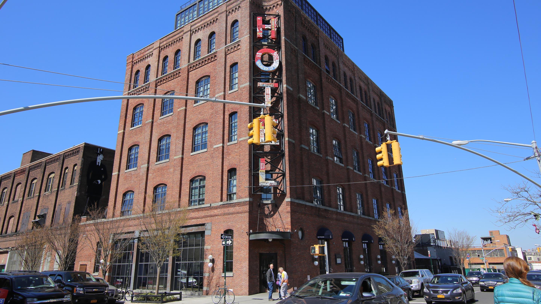 1901年に建てられた工場をホテルに転用した「ワイス・ホテル」。イーストリバー沿いということもあり、対岸のマンハッタンを望むルーフトップバーは大人気。