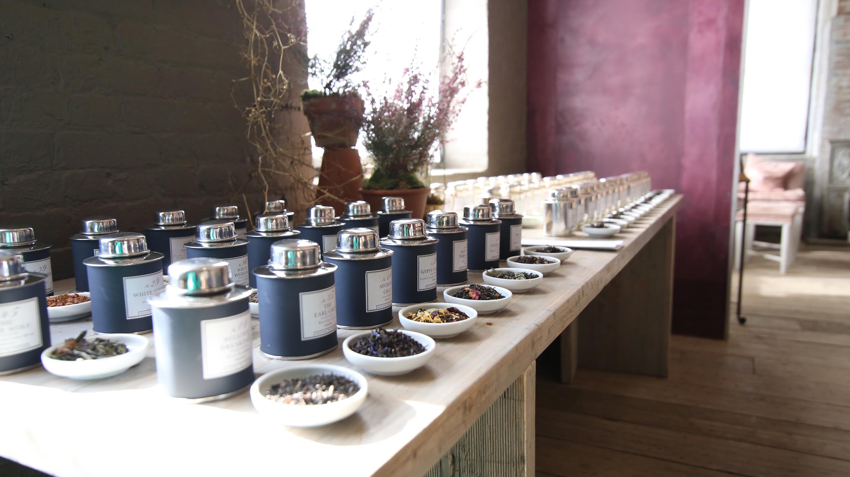 柔らかな光に包まれる店内には茶葉の香りが優しく漂う。