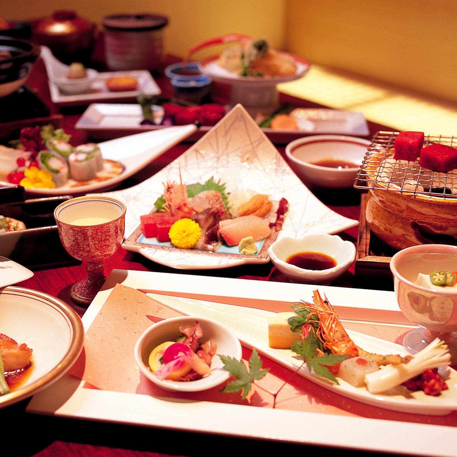 食前酒からデザートまで、コース料理の献立は13品。季節ごとに素材を変えている。