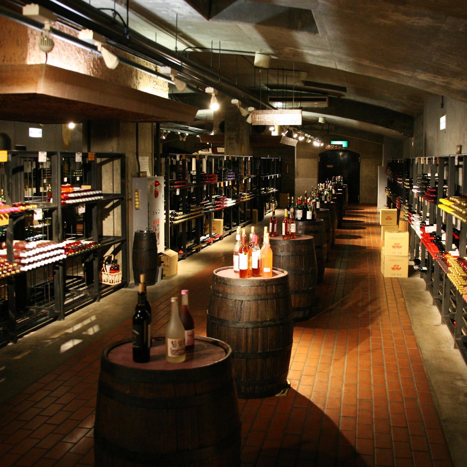 試飲用のワインは赤、白、ロゼなど種類ごとに分けられ、樽の上に置かれている。