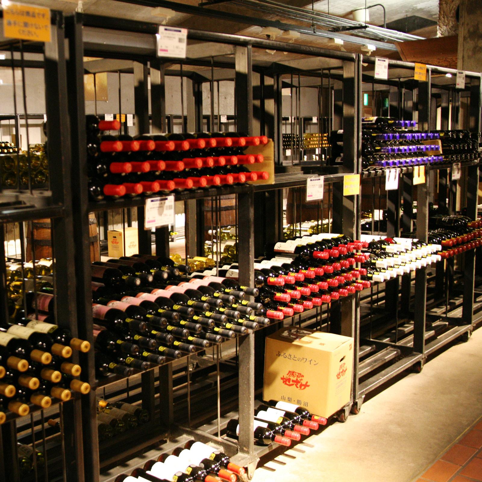 気に入ったワインはその場で購入できる。一人で一度に100本を買い求めるワイン愛好家もいるそうで、その気持ちはよくわかる。クレジットカードの使用、宅配も可。