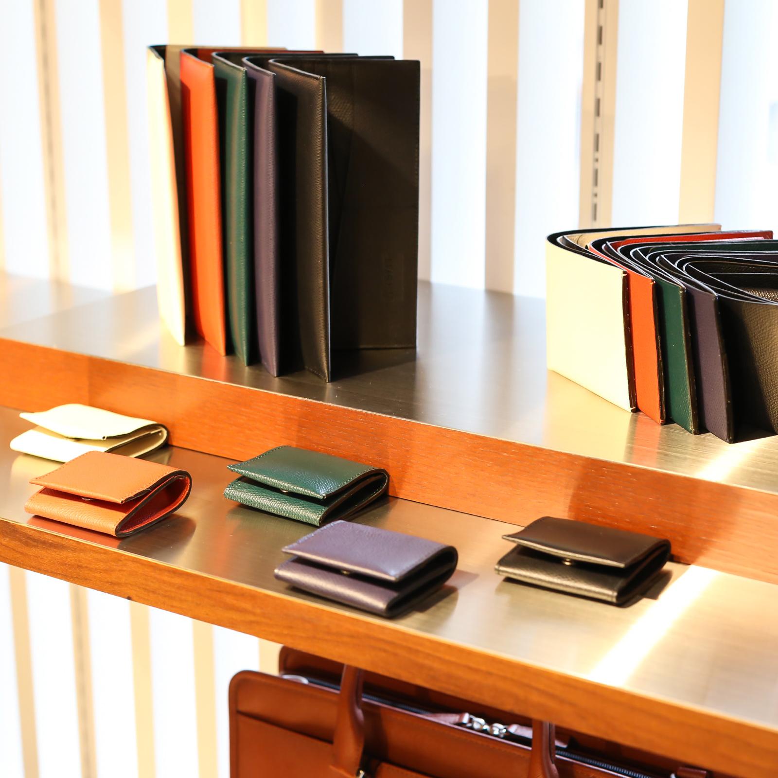 色揃えも豊富な革小物。シーンによって使い分けられるよう、色違いで同じものを持つファンも多い。