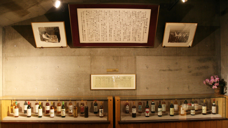 「タイムカプセル」のメッセージと出品醸造元のワイン。