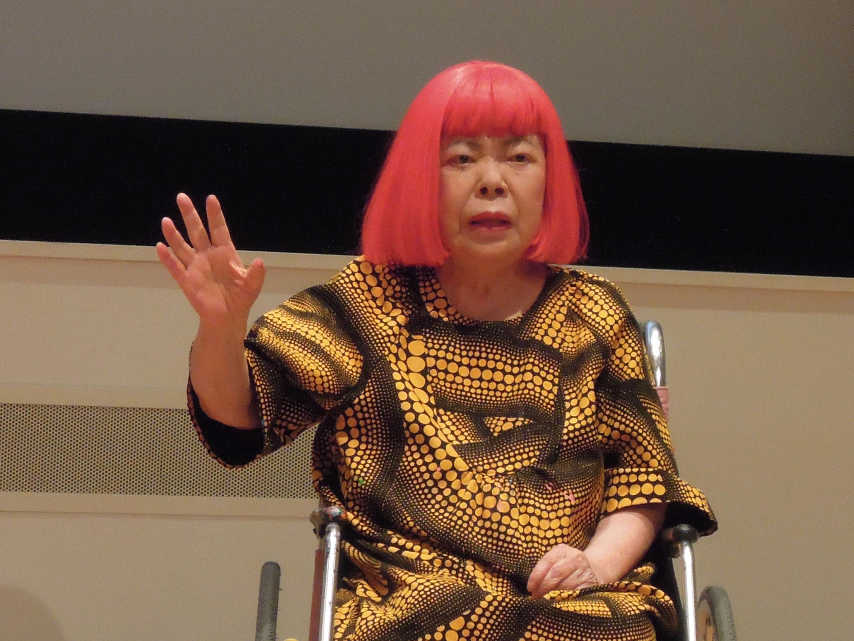 記者発表会で語る草間彌生。