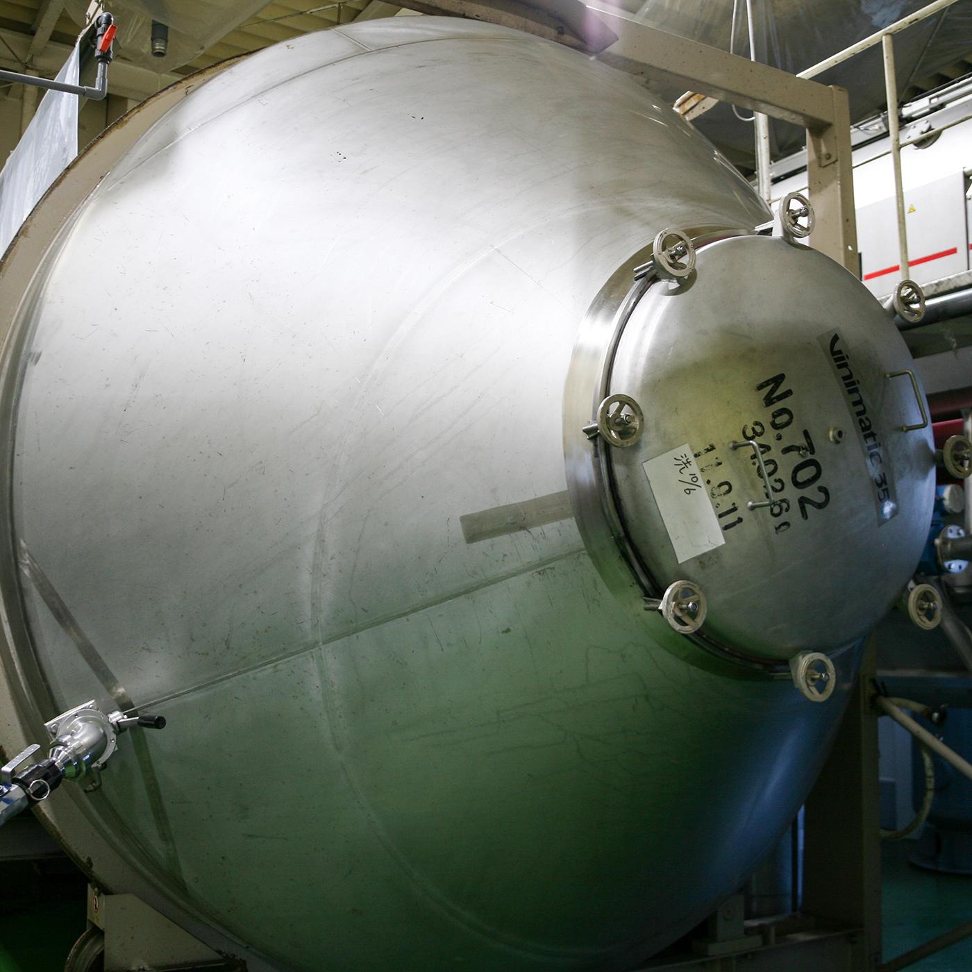 赤ワイン用の醸(かも)しタンクにはフランス製の回転型発酵タンクを使用。