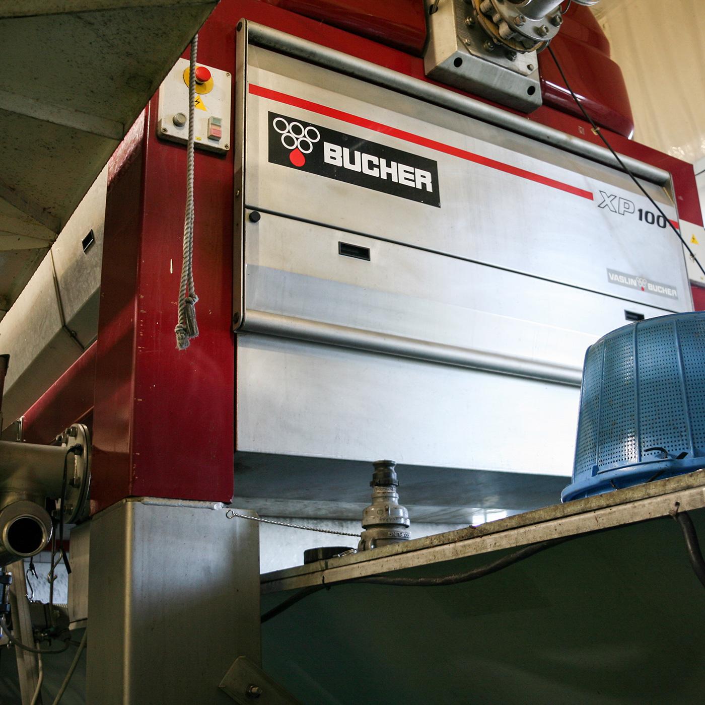 圧搾・搾汁にもフランス製の空圧式搾汁機などを使用している。